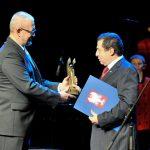 Bronisław Wildstein odbiera nagrodę za 2016 rok z rąk Rafała Ziemkiewicza.