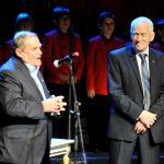 Marszałek Senior Kornel Morawiecki z Wiesławem Johannem wygłaszającym laudację na cześć laureata.