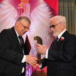 Nagrodę przyznaną Premierowi  Mateuszowi Morawieckiemu w 2018 roku odbiera Szef Gabinetu Politycznego Marek Suski.